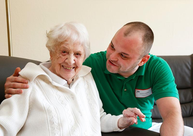 Pfleger mit Seniorin