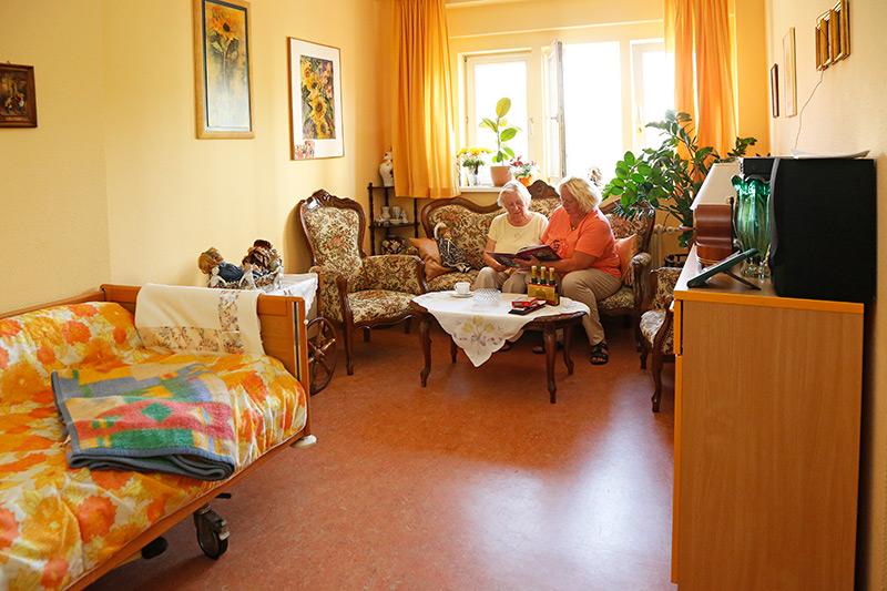 Ein Wohnzimmer im Seniorenpflegeheim