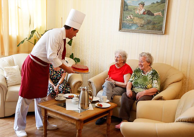 Koch serviert Torte